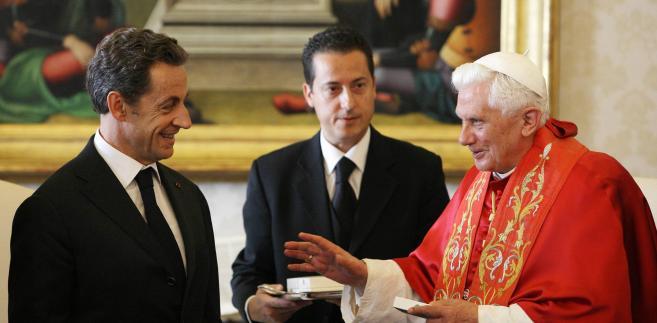 kKamerdyner Paolo Gabriele (w środku) podczas spotkania Benedykta XVI z Nicolasem Sarkozym
