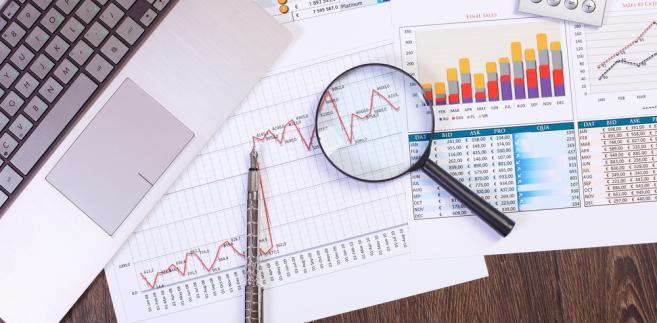 Polityka resortu finansów w sprawie podpisywania nowych umów może się wydawać niespójna.
