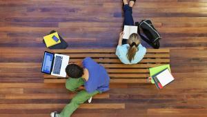 Kredyty studenckieOd nowego roku akademickiego o dofinansowanie do kształcenia będzie mógł się ubiegać nie tylko student, ale także osoba w trakcie rekrutacji. Jeśli maturzysta dostanie się na studia, będzie musiał jak najszybciej dostarczyć bankowi dokument zaświadczający o odbywaniu studiów. Na dofinansowanie mogą liczyć osoby, które rozpoczynają edukację wyższą przed ukończeniem 25. roku życia. Wnioski można składać od 15 lipca do 20 października. Z powodu prac legislacyjnych w 2016 roku termin ten obowiązuje od 15 sierpnia do 31 października.Więcej o nowych zasadach przyznawania kredytów przeczytasz tu >>>