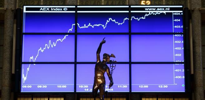 W poniedziałek tymczasem Europejski Bank Centralny rozpoczyna program skupowania obligacji rządowych i prywatnych na rynku wtórnym, czyli tzw. luzowanie ilościowe (QE).
