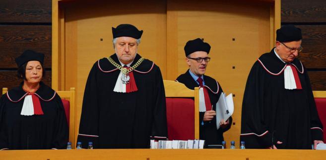 Prezes Trybunału Konstytucyjnego Andrzej Rzepliński oraz sędziowie: Teresa Liszcz, Mirosław Granat i Marek Kotlinowski (z prawej) podczas ogłoszenia werdyktu
