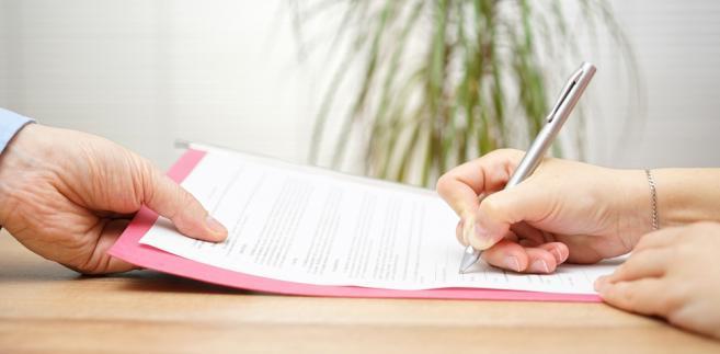 W przypadku pośredników zarówno z Łodzi, jak i z Kielc urząd prosił o przekazanie umów, którymi pośrednicy posługiwali się w obrocie z konsumentami w latach 2014 oraz 2015
