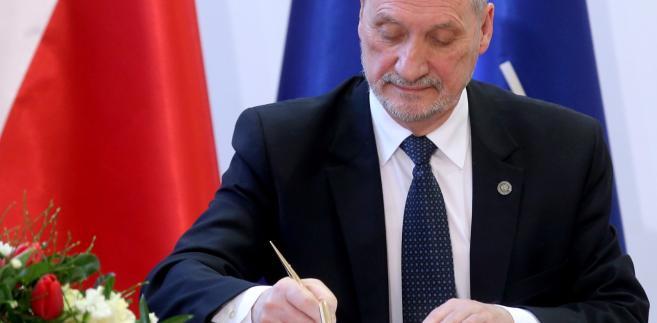 Śledztwo smoleńskie: Prokuratura nie występowała do MON ws. przekazania dokumentów