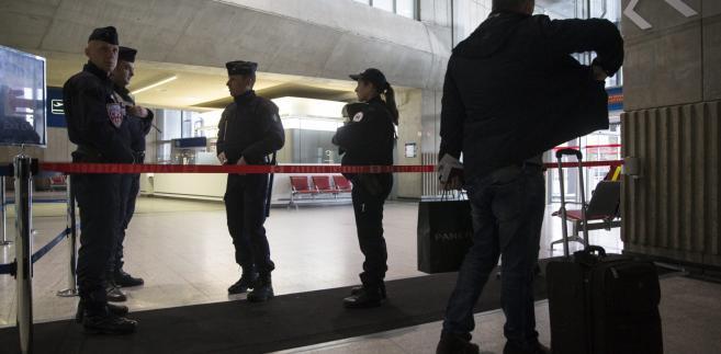 Policja na lotnisku w Brukseli po serii zamachów