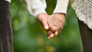 Żyjemy dłużej Już w ubiegłym stuleciu obserwowano istotny postęp w wydłużaniu się przeciętnego trwania życia we wszystkich województwach. Ta korzystna tendencja utrzymuje się nadal. Począwszy od lat 50., podczas gdy przeciętna długość trwania życia mężczyzn wynosiła nieco ponad 56 lat i kobiet prawie 62 lata, przez kolejne dekady (wówczas długość życia wzrosła o 3 lata), po lata 90. życie Polaków wydłużyło się. Mężczyźni żyją dłużej o 17 lat, a kobiety o ponad 19.