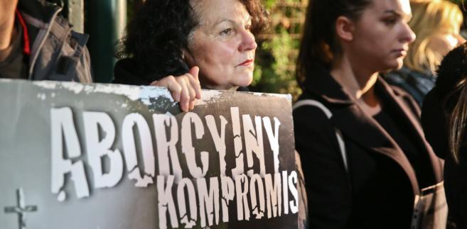 """""""Czarny protest"""" przed domem Jarosława Kaczyńskiego na warszawskim Żoliborzu"""