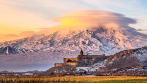 9. Armenia. Krainę doskonałych koniaków, jaką jest Armenia w 2015 zdecydowało się odwiedzić 1,1 mln turystów. Na zdjęciu widok na świętą górę Ormian - Ararat, która leży jednak w całości na terytorium Turcji. Na pierwszym planie ormiański klasztor Khor Virap