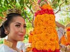 BALI – Ceremonia nad oceanem i Dzień Ciszy<br><br>Na Bali wiosenne przesilenie to jednocześnie początek nowego roku. Świętuje się go tam dwa razy, ponieważ na potrzeby ekonomiczno-polityczne mieszkańcy musieli przyswoić sobie kalendarz gregoriański. Ale zgodnie z tradycją, prawdziwy początek zbiega się w czasie z wiosennym przesileniem. Nazywany jest Dniem Ciszy.<br><br>Uroczystości rozpoczynają się na dwa dni przed równonocą. Najpierw odbywa się Melasti – rytuał oczyszczenia. Mieszkańcy wyspy gromadzą się nad brzegiem oceanu, gdzie po kolorowej ceremonii, zanurzają się w wodzie. Następnego dnia obchodzona jest Tawur Kesanga, czyli ceremonia egzorcyzmów. Tym razem wszyscy spotykają się przy głównym miejskim rozstaju dróg, gdzie zgodnie z wierzeniami zbierają się demony. Odstraszyć ma je parada Ogoh-ogoh – wielkich kukieł symbolizujących złe duchy. Ich kły i wypukłe oczy są przerażające (przynajmniej dla demonów), a groźny wygląd potęgują lampiony i latarki, którymi są podświetlone. Wydarzenie tak barwne i niezwykłe, że nie ustępuje nawet największej karnawałowej imprezie na świecie. Parada trwa przez cały dzień i noc aż do wschodu słońca i podobnie jak Melasti, jest ważnym elementem wiosennego oczyszczenia, umożliwiającym pozbycie się złych duchów, które nas otaczają.Nadchodzi Nyepi – Dzień Ciszy i początek nowego roku, najważniejsze religijne święto na wyspie. Zamknięte są wszystkie sklepy i restauracje, wstrzymany jest ruch samochodów. Dlaczego? Jak wyjaśnia Piotr Wilk z biura podróży Rainbow, Balijczycy wierzą, że tego dnia ich wyspę odwiedzają złe duchy. Wszyscy zostają więc w domach, oddając się medytacji i autorefleksji, starając się nie wytwarzać nawet najmniejszego hałasu. Jeżeli duchy uznają, że wyspa jest niezamieszkała, zostawią ją w spokoju. Gra idzie o wysoką stawkę, dlatego nad przestrzeganiem ciszy czuwają stróże prawa – Pecalangs.  Nyepi to niezwykłe kulturowe doznanie, podobnie jak towarzyszące mu rytuały. Jeżeli więc wiosenne przesilenie zbiegnie s