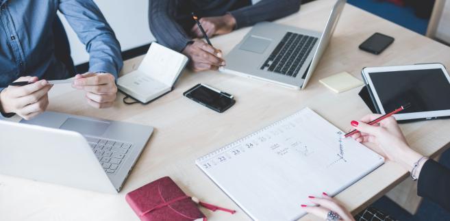 O możliwości założenia zakładowej organizacji będzie decydował jedynie związek czasowy, a nie zależność ekonomiczna niepracownika od firmy.