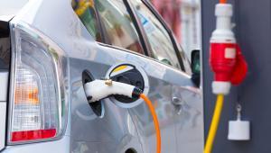 Wielka Brytania i Francja zapowiedziały, z kolei, że do 2040 roku chcą zakazać sprzedaży aut z silnikami benzynowymi i diesli, by ograniczyć poziom emisji szkodliwych spalin.