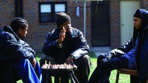 """""""The Wire""""Narkotyki, broń, wojny gangów, korupcja, morderstwa. Brutalna rzeczywistość portowego Baltimore spędza sen z powiek lokalnej jednostce policji, która przestarzałymi jak na obecne czasy metodami stara się przywrócić ład w kontrolowanych przez młodych gangsterów rejonach. Pamiętajmy jednak, że pierwszy sezon serialu miał premierę w 2002 roku!Agnieszka Holland nie miała łatwego zadania podczas realizacji trzech odcinków """"The Wire"""" (Moral Midgetry – sezon 3, odcinek 8, Corner Boys – sezon 3, odcinek 8, React Quotes - sezon 5, odcinek 5). Twórcy zdecydowali się bowiem zaprosić do ról gangsterów prostych chłopaków z lokalnego getta, którzy jak przyznaje Holland w jednym z wywiadów, nie byli w stanie zapamiętać i odegrać najprostszych kwestii. Jednak dzięki temu zabiegowi serial powala realizmem. Prawdziwy klasyk."""