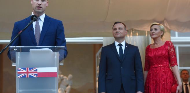 Książę William oraz prezydent Andrzej Duda z małżonką Agatą Kornhauser-Dudą podczas przyjęcia wydanego przez ambasadę brytyjską, z okazji urodzin królowej Elżbiety II