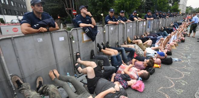 """Funkcjonariusze, po próbach negocjacji (na miejscu jest policyjny zespół antykonfliktowy), wynieśli je. """"To są normalni obywatele, to jest nasze miejsce"""" - krzyczeli w tym czasie pozostali pikietujący Sejm."""