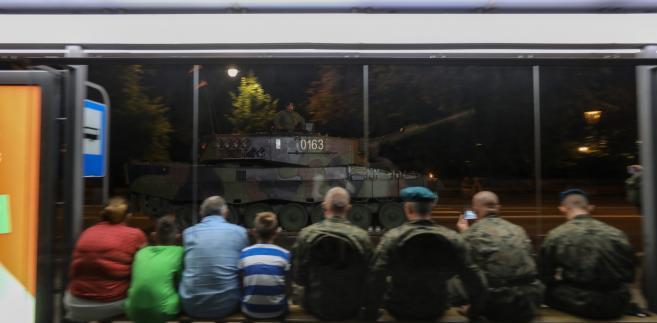 Żołnierze podczas próby generalnej defilady z okazji święta Wojska Polskiego w Alejach Ujazdowskich