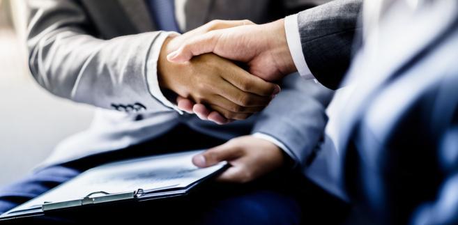 Podstawową drogą dojścia do zawodu adwokata jest odbycie aplikacji i złożenie egzaminu zawodowego