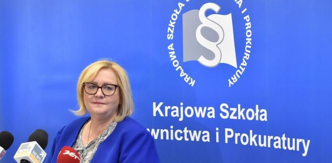 Poziom kształcenia praktycznego pozostaje zatem w rękach samych prokuratorów, od których aplikanci uczą się warsztatu pracy przez trzy tygodnie w miesiącu - wyjaśnia sędzia Manowska