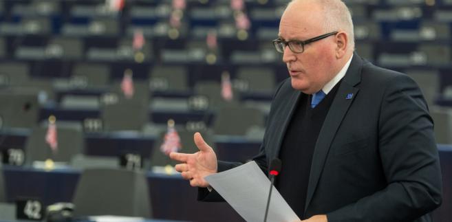 Timmermans (na zdj.) powiedział w czasie debaty przed głosowaniem, że władze w Warszawie powinny przywrócić niezawisłość i legitymację Trybunału Konstytucyjnego, dostosować prawo o sądach powszechnych do standardów UE i znieść wpływ ministra sprawiedliwości na nominacje prezesów sądów. Wskazywał, że polski rząd odmawia opublikowania orzeczeń TK, a zmiany w składzie Trybunału odbyły się wbrew procedurze. Ubolewał przy tym, że odpowiedź ze strony Polski na pisma KE nie przewidywała żadnych konkretnych działań, by rozwiązać te problemy.