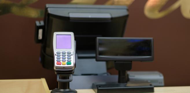 Zdaniem resortu finansów wydłużenie okresu zwolnienia do końca 2018 r. pozwoli kantorom skorzystać już z możliwości zakupu nowego rodzaju kas, tzw. kas online.