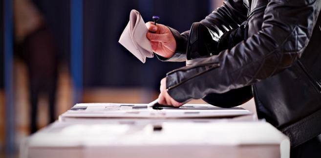 W toku prac komisji przyjęto także poprawkę, w wyniku której, jeśli w danym okręgu zgłoszonych zostanie trzech kandydatów, musi znaleźć się wśród nich jedna kobieta i jeden mężczyzna, zgodnie z obowiązującym 35-procentowym parytetem wyborczym.
