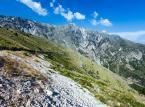 """Przełęcz Llogara<br><br>Jedno z najbardziej niesamowitych miejsc do odwiedzenia w całym kraju. Wybudowana w 1920 roku droga wiodąca przez przełęcz, łączy Albańską Riwierę z trzecim co do wielkości miastem w kraju – Vlorą, i oferuje zapierające dech w piersiach widoki na turkusowe wody Morza Jońskiego. Uważana jest za trasę dostarczającą jednych z najbardziej spektakularnych widoków na całym świecie.Trudno o lepsze miejsce do podziwiania albańskiego wybrzeża – z wysokości ponad tysiąca metrów widok może wręcz oszołomić. Do zatok prowadzi wiele bocznych dróg, bez problemu możemy więc zboczyć z trasy w poszukiwaniu idealnej zacisznej plaży.Przełęcz Llogara jest częścią Parku Narodowego Llogara. Góry w parku wznoszą się na wysokość dwóch tysięcy metrów i są doskonałym miejscem na trekking. Większość obszaru parku pokrywa sosnowy las, który jest domem dla zwierząt – napotkanie daniela, który da się nawet pogłaskać, nie należy tu do rzadkości.<br><br>Źródło: <a href=""""https://r.pl/albania"""">r.pl/albania</a>"""