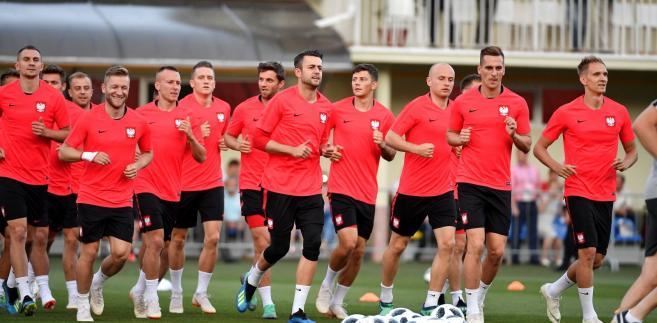 Brzęczek zastąpi na stanowisku selekcjonera Adama Nawałkę, z którym nie przedłużono kontraktu po nieudanym występie w mistrzostwach świata w Rosji. Biało-czerwoni nie wyszli w Rosji z grupy, po porażkach z Senegalem 1:2, Kolumbią 0:3 i wygranej z Japonią 1:0.