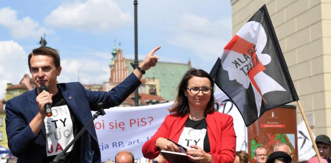 """""""Protestujemy przeciwko upolitycznieniu Krajowej Rady Sądownictwa i Trybunału Konstytucyjnego, ale przede wszystkim protestujemy przeciwko czystce, którą (prezydent) Andrzej Duda oraz politycy PiS przeprowadzają w Sądzie Najwyższym"""" - mówiła w trakcie wiecu Kamila Gasiuk-Pihowicz."""