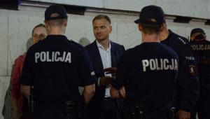 Poseł Sławomir Nitras pod sejmem podczas manifestacji przeciwników reformy sądownictwa.