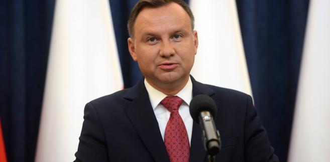 """""""To właśnie jest dla mnie Powstanie Warszawskie. Więc nie jest to wydarzenie do końca warszawskie – jest to wydarzenie istotne dla całej Polski, w ogóle dla wszystkich Polaków, a zwłaszcza dla młodych Polaków. Oni powinni patrzeć na swoich poprzedników i widzieć, jakim należy być Polakiem"""" - oświadczył prezydent."""