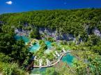 Jeziora Plitwickie - 16 jezior krasowych połączonych ze sobą licznymi wodospadami. Położone są w Chorwacji.