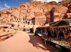 Petra - obecnie ruiny miasta Nabatejczyków, znajdują się w południowo-zachodniej Jordanii. Położona jest w skalnej dolinie, do której prowadzi jedna wąska droga wśród skał – wąwóz As-Sik. Petra słynie z licznych budowli wykutych w skałach. W czasach antycznych, w okresie od III w. p.n.e. do I w. n.e., miasto przeżywało czasy swojej świetności, będąc stolicą królestwa Nabatejczyków.