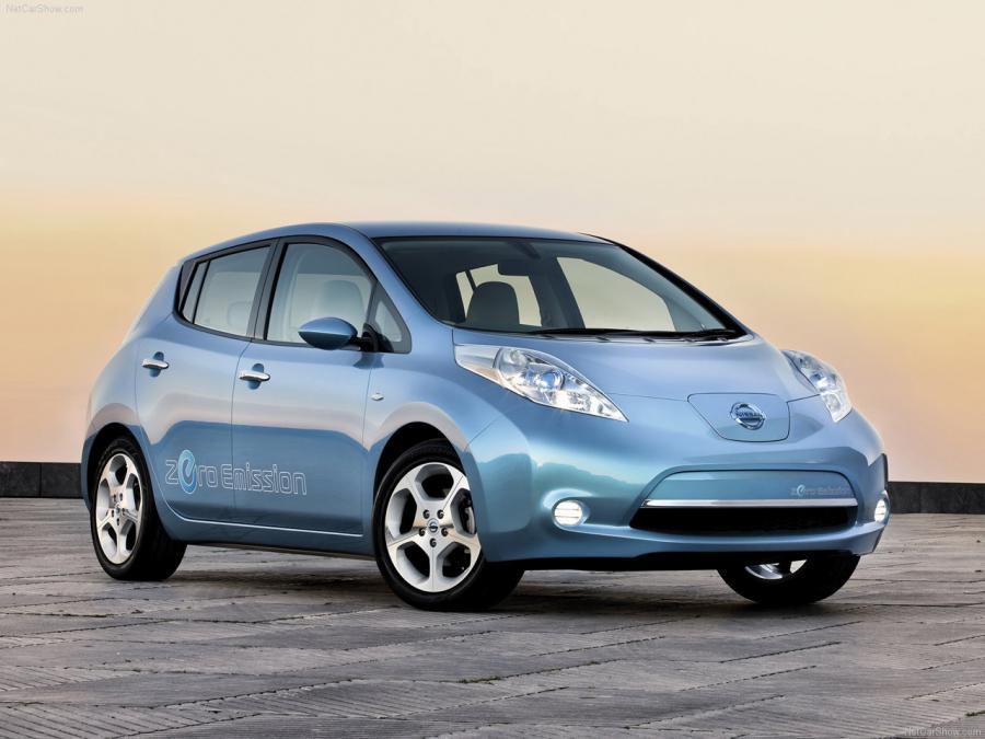 Nissan LEAF Nissan LEAF to 100% elektryczny i przestronny hatchback klasy C. Zasilany prądem silnik ma moc 80kW, a prędkość maksymalna to 145 km/h. Zasięg między ładowaniami wynosi 175 km. LEAF to pierwszy zeroemisyjny samochód z tytułami COTY oraz World COTY 2011. Nissan LEAF z europejskiej produkcji dostępny będzie w Polsce od kwietnia 2013 roku.