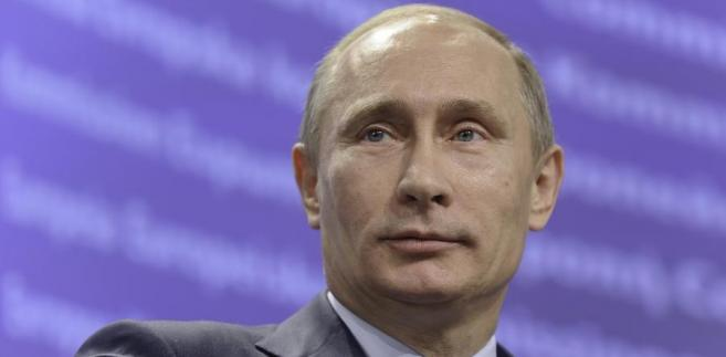 Zawarta w lipcu 2015 roku przez sześć mocarstw - USA, Wielką Brytanię, Francję, Chiny, Rosję i Niemcy - umowa z Iranem miała na celu ograniczenie programu nuklearnego tego kraju w zamian za stopniowe znoszenie międzynarodowych sankcji gospodarczych. Na początku maja prezydent Donald Trump wycofał USA z porozumienia i zapowiedział przywrócenie sankcji wobec Iranu.