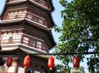 Świątynia Sześciu Banianów, zwana również Liurongsi, z posągiem śmiejącego się buddy i wysoką na 55 metrów Pagodą Kwiatową (nazywaną tak ze względu na kształt daszków poszczególnych pięter przypominający płatki kwiatów). Przy odrobinie szczęścia, w jednym z pawilonów świątyni można podejrzeć lekcje tradycyjnej kaligrafii.