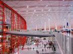 5. miejsce - Port lotniczy w Pekinie - Stołeczny port lotniczy Pekin szybko stał się jednym z najbardziej ruchliwych lotnisk świata w ostatniej dekadzie. W 20005 roku w Pekinie odprawiono 30 mln pasażerów, zaś w zeszłym roku aż prawie 82 mln, co pozwoliło na tytuł jednego z najbardziej ruchliwych lotnisk na świecie. Lotnisko w Pekinie posiada 3 terminale, z których Terminal 3 jest jednym z największych terminali na świecie oddany w jednym etapie z powierzchnią 986 000 metrów kwadratowych. Ale nawet tak wielkie lotnisko nie jest w stanie pomieścić rosnącego ruchu, w związku z czym Chińczycy planują budowę, nowego lotniska, które będzie w stanie obsługiwać rocznie od 120 milionów do 200 milionów pasażerów rocznie.