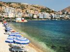 Albania – piękno śródziemnomorskich plaż można podziwiać nie tylko w Albanii. Ale tylko tam, można to zrobić, wydając najmniej. Infrastruktura turystyczna w Albanii jest bardzo dobra, ceny bardzo przystępne i zupełnie niepodobne do tych, jakie obowiązują w innych krajach południowej Europy. Może właśnie dlatego warto zastanowić się nad pomysłem spędzenia swojego urlopu w Albanii? Czy to nad morzem, a morze wysoko w górach, albo w taniej i oferującej masę rozrywek stolicy Albanii – Tiranie?