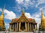 Wat Phra Kaeo – czyli Świątynia Szmaragdowego Buddy. Świątynia mieści w kompleksie Wielkiego Pałacu w Bangkoku. Figura Szmaragdowego Buddy wykonana jest z jadeitu. Pomimo dosyć małych rozmiarów, posąg Buddy ma zaledwie 75 cm wysokości, jest on jednym z najważniejszych posągów Buddy w Tajlandii.