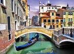 <b>Wenecja</b> <br></br> Wenecja to, obok Wiecznego Miasta, główna atrakcja Włoch. Z uwagi na swoje nietypowe położenie, układ i architekturę widnieje na liście światowego dziedzictwa UNESCO. Turystyka jest pierwszym i podstawowym źródłem dochodu wenecjan. To stały punkt wycieczek po Europie. W ulicznym tłumie zwiedzających trudno o miejsca spokojne i to właśnie odstręcza wielu.