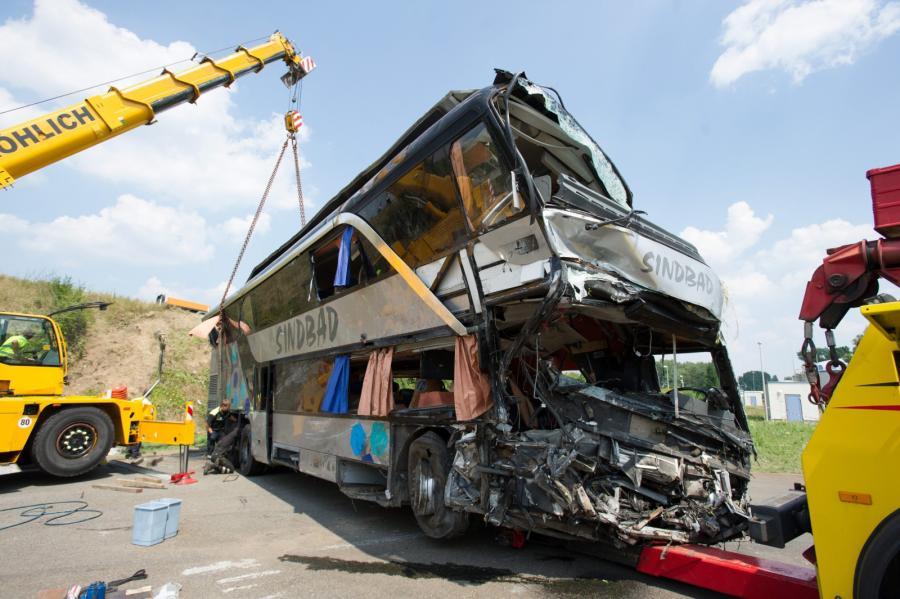 W wypadku z udziałem polskiego autobusu i polskiego mikrobusu w Niemczech zginęło 10 osób EPA/ROLAND HALKASCH EPA/PETER ENDIG