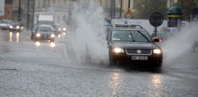 Samochody podczas ulewy