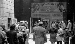 "Kolejka po bilety na film ""Ostatni etap"", Warszawa 1948 r."
