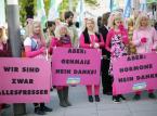 """Austria: Kobiety przebrane za """"Miss Piggy"""" trzymają transparenty z hasłami: """"Genetycznie zmodyfikowana kukurydza? Nie, dziękuję!"""", """"Hormony? Nie, dziękuję!"""""""