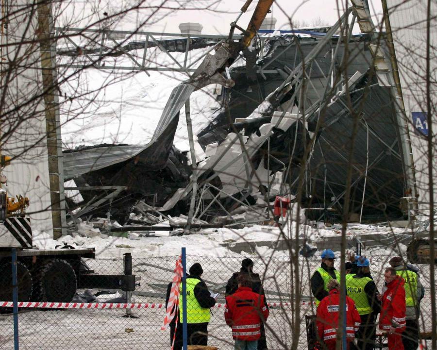 Pod zawalonym dachem zginęło 65 osób, a spośród ponad 140 rannych 26 osób doznało ciężkiego uszczerbku na zdrowiu. Była to największa katastrofa budowlana w historii Polski.
