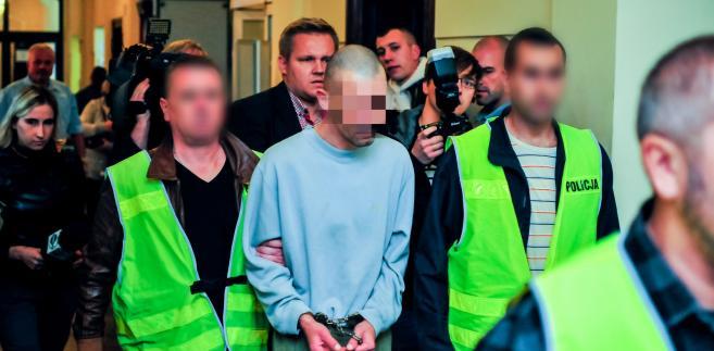 Bartosz K. (C) doprowadzany na salę Sądu Rejonowego w Grudziądzu