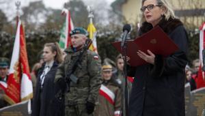 Obchody Narodowego Dnia Pamięci Żołnierzy Wyklętych w Augustowie minister Anny Marii Anders przed Pomnikiem Żołnierzy Polski Podziemnej Poległych na Kresach II RP w latach 1944-1954.