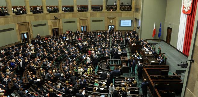 Posłowie na sali plenarnej w drugim dniu posiedzenia Sejmu.