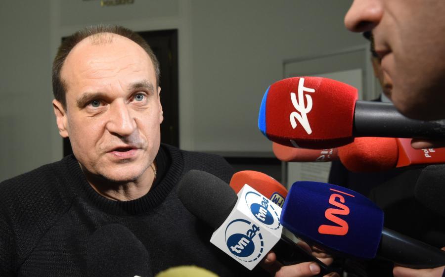 Paweł Kukiz rozmawia z dziennikarzami po spotkaniu liderów partii sejmowych z marszałkiem Senatu Stanisławem Karczewskim w Senacie