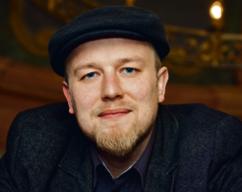 Dr Grzegorz Zarzeczny Językoznawca. Współtwórca Pracowni Prostej Polszczyzny i asystent w Instytucie Filologii Polskiej Uniwersytetu Wrocławskiego.