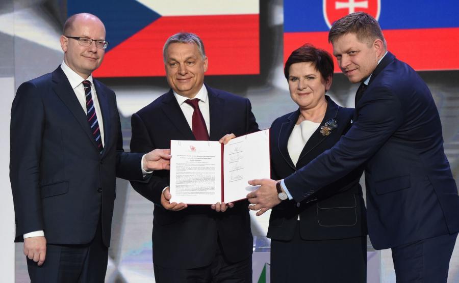 Premierzy państw Grupy Wyszehradzkiej Polski - Beata Szydło (2P), Czech - Bohuslav Sobotka (L), Węgier - Viktor Orban (2L) i Słowacji - Robert Fico (P)