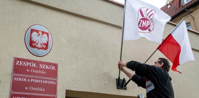W piątek odbywa się ogólnopolskich strajk nauczycieli i pracowników oświaty ogłoszony przez Związek Nauczycielstwa Polskiego. Według niepełnych danych ZNP do strajku przystąpiło ok. 37 proc. szkół i przedszkoli; jest to ok. 6,5 tys. placówek.