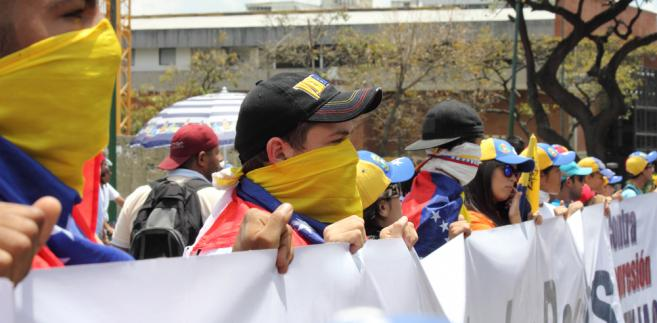 70 proc. Wenezuelczyków, którzy posiadają legalne zatrudnienie, zarabia najniższą krajową, równowartość ok. 1,5 dol. miesięcznie. W kraju codziennie dochodzi do protestów.